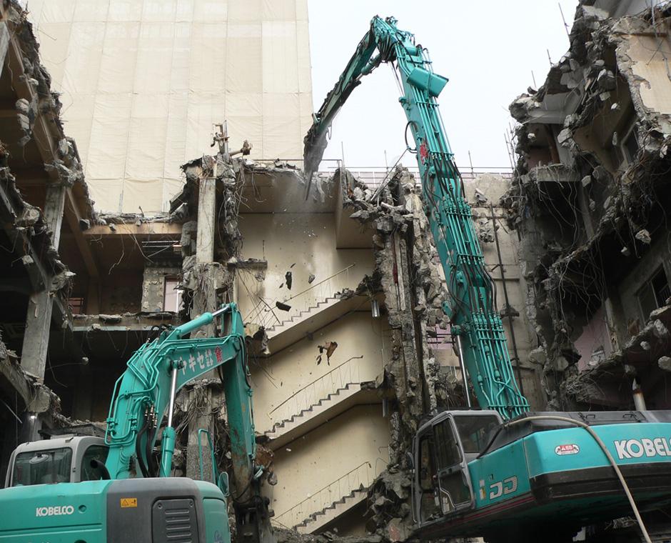 高い技術でのビル解体工事の写真